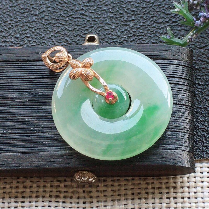 精品翡翠18K镶嵌伴钻母子扣吊坠,雕工精美,玉质莹润,尺寸:裸石尺寸:22*3.7MM,总质量:4.