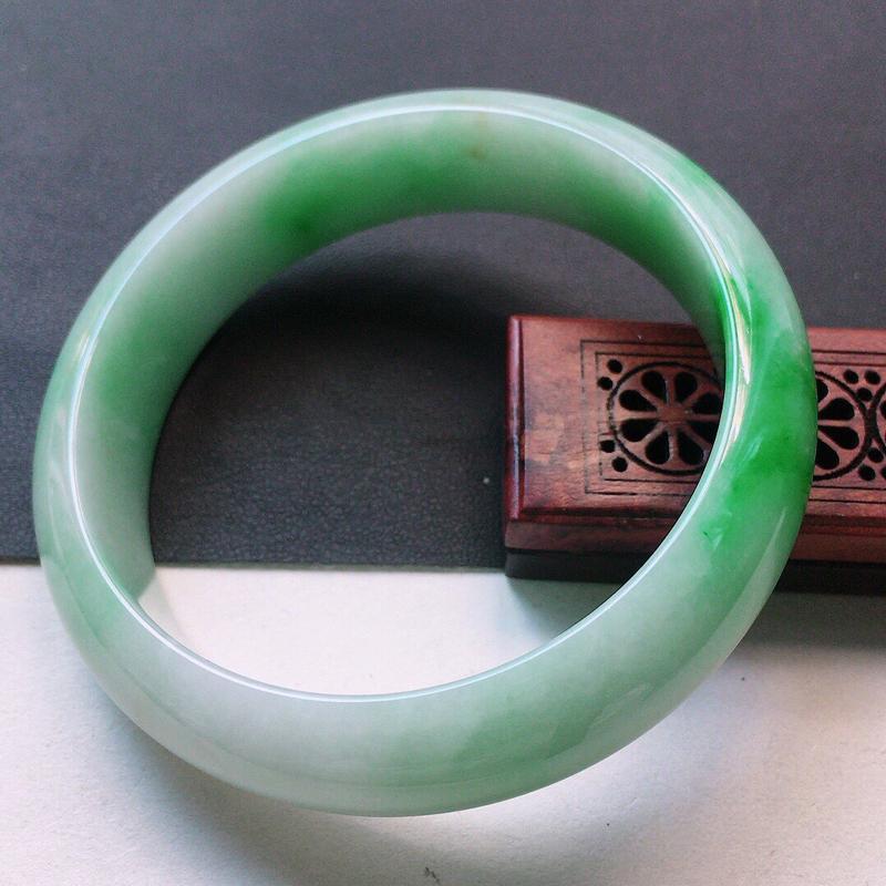 缅甸翡翠60圈口带绿正圈手镯,自然光实拍,颜色漂亮,玉质莹润,佩戴佳品,尺寸:60.5*16.7*8