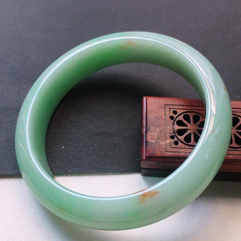 缅甸翡翠56圈口浅绿正圈手镯,自然光实拍,颜色漂亮,玉质莹润,佩戴佳品,尺寸:56.3*13.4*9