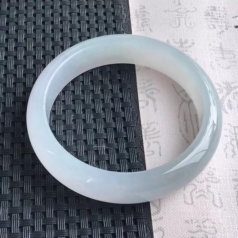 天然A货翡翠手镯大圈口胶感十足,完美,尺寸60.5-15.1-8.4mm,重量72.31g