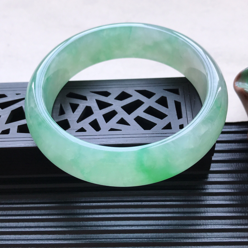 天然翡翠A货细糯种飘绿正圈手镯,尺寸58.4-16.8-8mm,有纹玉质细腻,