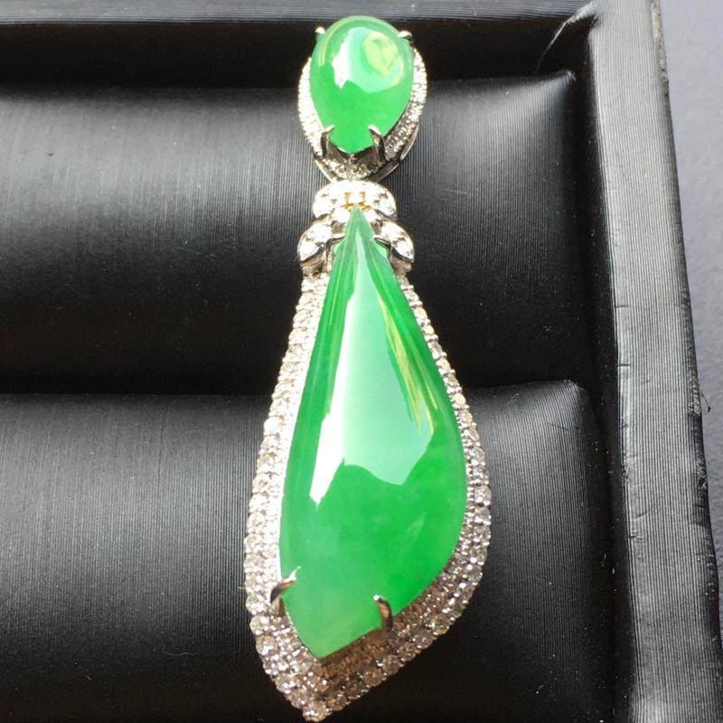 阳绿二合一翡翠吊坠,色泽鲜艳,水润通透,饱满圆润,性价比高,佩戴高贵大方,裸石尺寸:29*11*6整