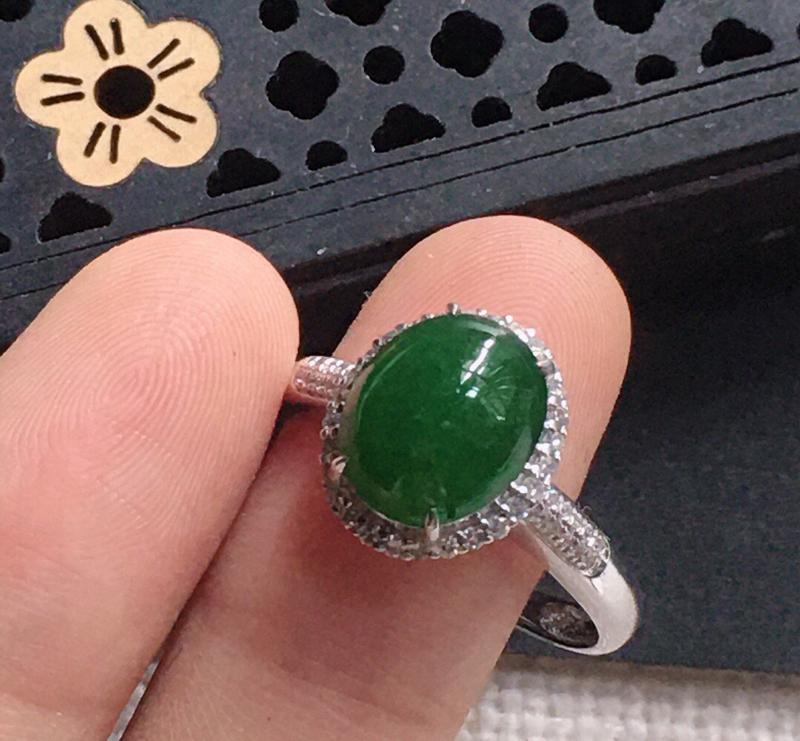 缅甸翡翠17圈口18k金围钻镶嵌满绿蛋面戒指,自然光实拍,颜色漂亮,玉质莹润,佩戴佳品,内径:17.