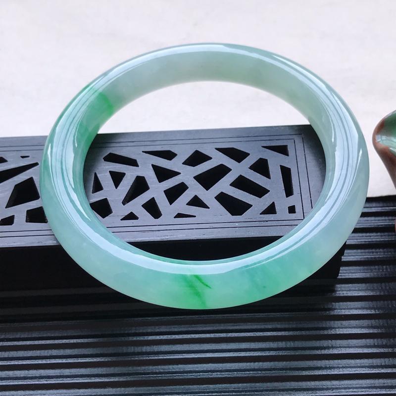 天然翡翠A货冰糯种飘绿圆条手镯,尺寸57.7-9.8-9.4mm,有纹玉质细腻,