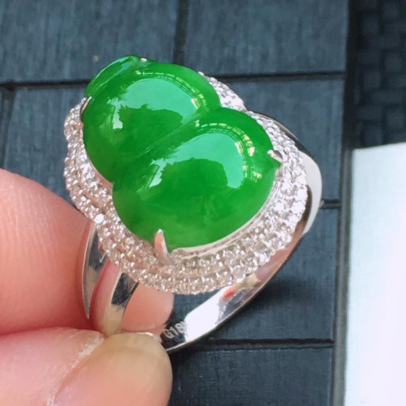 翡翠a货,18K金伴钻糯化种满色阳绿精美翡翠葫芦戒指,玉质细腻,底色漂亮,上身高贵,尺寸连金17.9