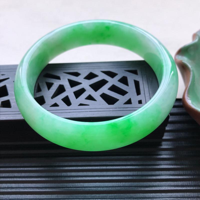 天然翡翠A货细糯种飘绿正圈手镯,尺寸57-14-7.1mm,玉质细腻,种水好