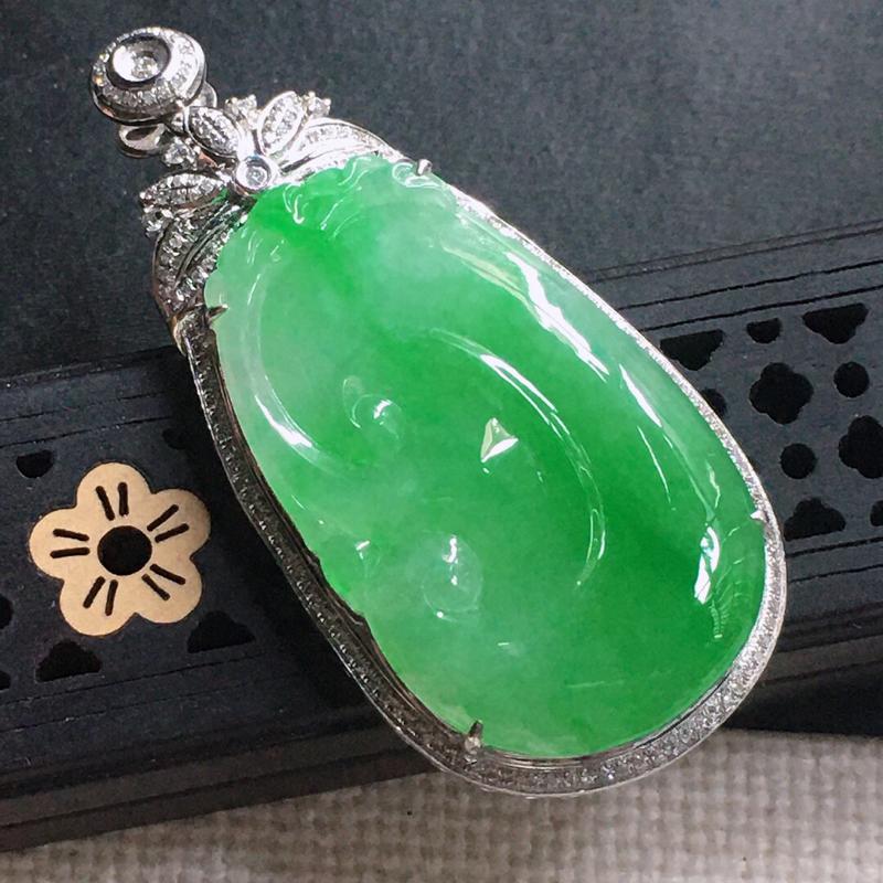 缅甸翡翠18k金围钻镶嵌满绿如意吊坠,自然光实拍,颜色漂亮,玉质莹润,佩戴佳品,包金尺寸:51.0*