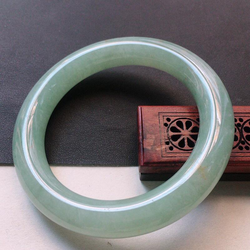 缅甸翡翠56圈口浅绿圆条手镯,自然光实拍,颜色漂亮,玉质莹润,佩戴佳品,尺寸:56.9*11.7*1