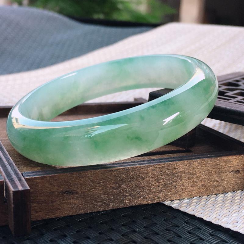 圈口:59,天然翡翠A货—飘绿莹润透光正圈手镯,尺寸:59.3/13.8/7.3,完美