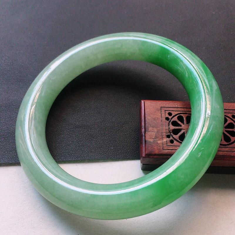 缅甸翡翠56圈口浅绿圆条手镯,自然光实拍,颜色漂亮,玉质莹润,佩戴佳品,尺寸:56.0*12.1*1