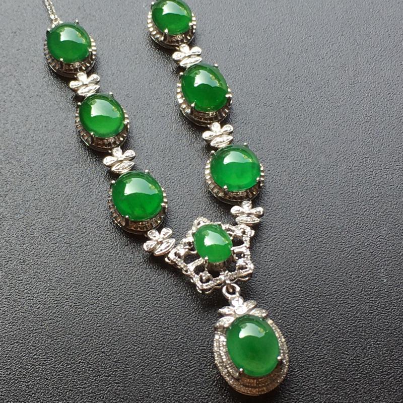 满绿蛋面翡翠套链吊坠,色泽艳丽,料子细腻,饱满圆润,性价比高,佩戴高贵大方,裸石尺寸:8.8*7*3