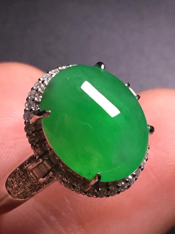 翡翠A货,阳绿蛋面戒指,18k真金真钻镶嵌,完美,种水超好,玉质细腻。整体尺寸:14.8*15.3*