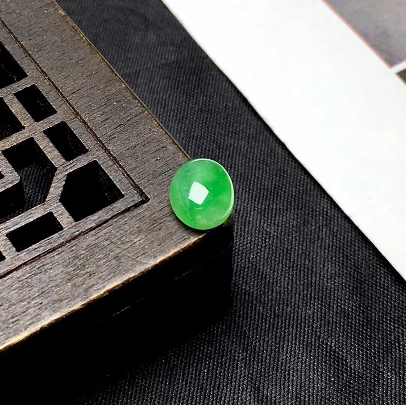 🌹满绿蛋面裸石:种老水足,色泽漂亮,干净起光,圆润饱满,透光有内纹,可镶嵌成戒指或吊坠,镶嵌效果翻番