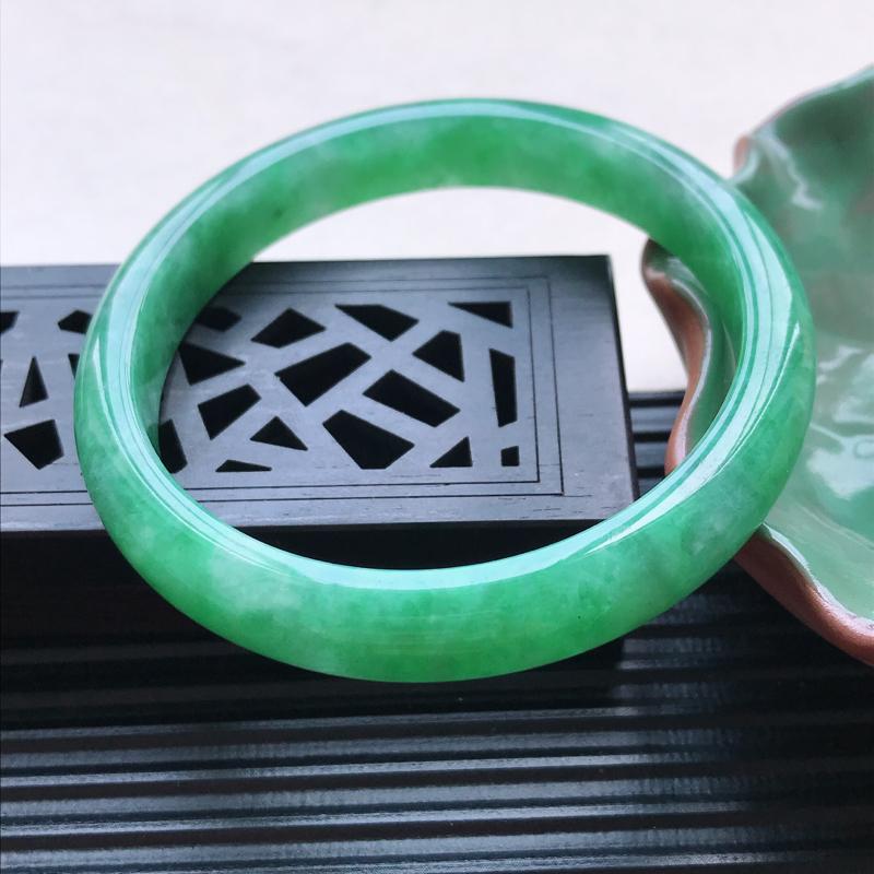 天然翡翠A货细糯种飘绿正圈手镯,尺寸54-9.6-6.6mm,玉质细腻,