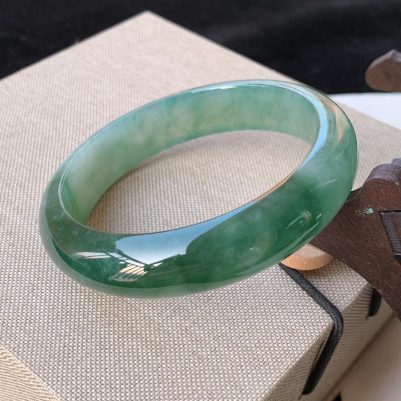 天然A货翡翠_水润飘绿翡翠正圈手镯56mm,料子细腻,水润秀气,色彩鲜艳,条形优雅,上手效果好