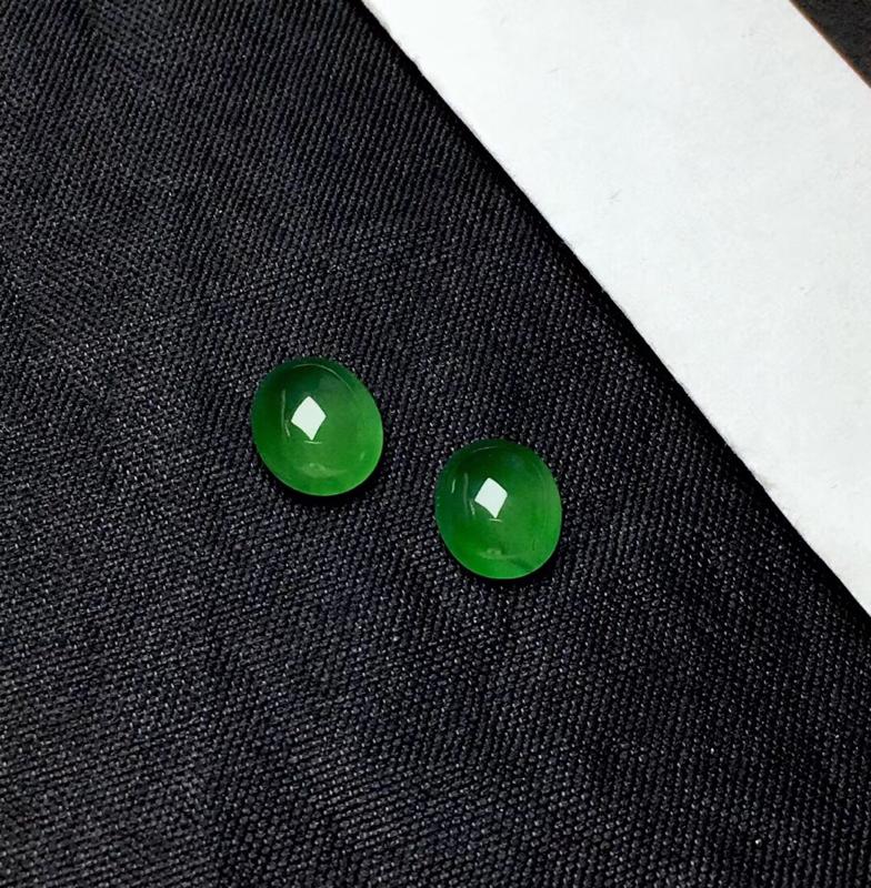 缅甸满绿蛋面裸石:种老水足,圆润饱满,色漂亮,干净透光,一颗透光有棉根,可镶嵌成耳坠或锁骨链,镶嵌