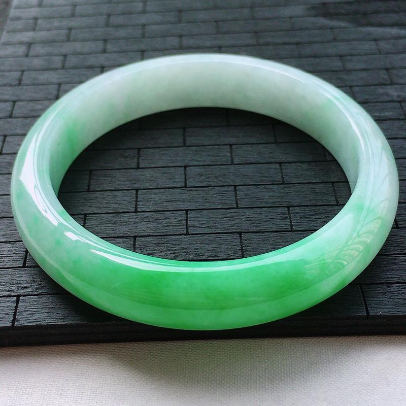 糯种阳绿正装大圈口手镯、圈口66/13.6/8.7、玉质细腻水润,条形大方,种水好,佩戴效果极佳