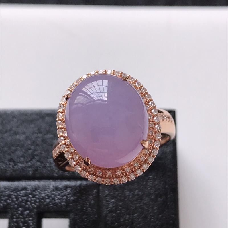 天然翡翠A货。冰糯种紫罗兰蛋面戒指。圈口:17mm。18K金镶嵌伴钻。玉质莹润,色泽鲜艳。镶金尺寸: