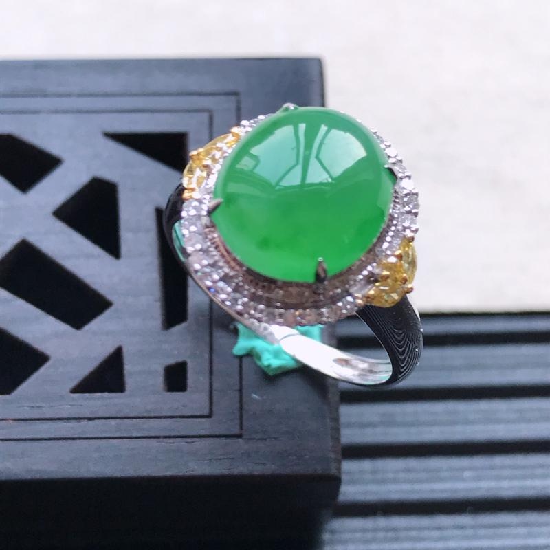 天然翡翠A货18K金镶嵌伴钻糯化种满绿精美蛋面戒指,内径尺寸18mm,