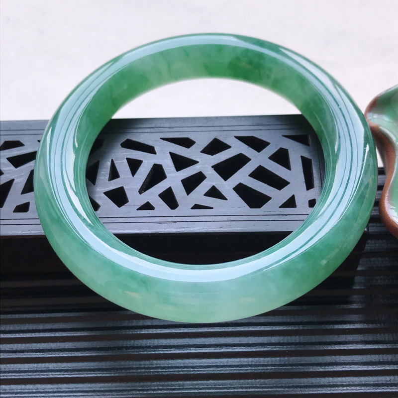 天然翡翠A货冰糯种飘绿圆条手镯,尺寸54.4-11.2-11.2mm,玉质细腻,种