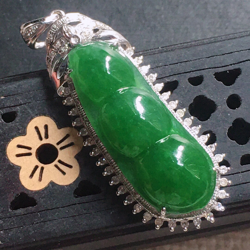 缅甸翡翠18k金围钻镶嵌满绿发财豆吊坠,自然光实拍,颜色漂亮,玉质莹润,佩戴佳品,包金尺寸:28.0