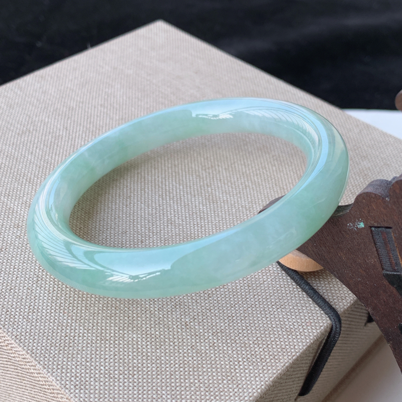 天然A货翡翠_水润飘绿翡翠圆条手镯55mm,料子细腻,水润秀气,色彩鲜艳,条形优雅,上手效果好