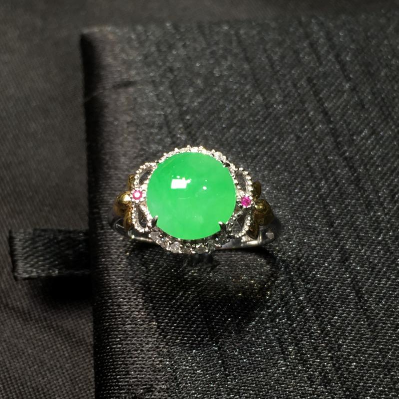 翠绿蛋面戒指 饱满起胶 圆润厚装 18k金加钻镶嵌 超值推荐 整体尺寸10.7*6.4 裸石8.5*