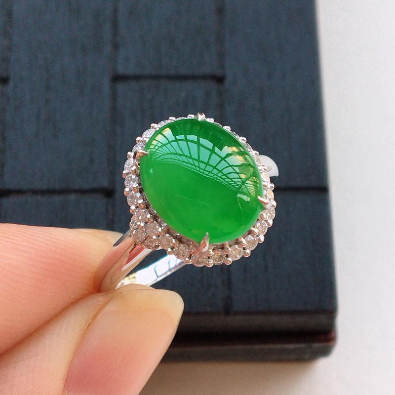自然光实拍,满绿蛋面18k戒指,种好细腻,颜色漂亮,玉质莹润,款式高档