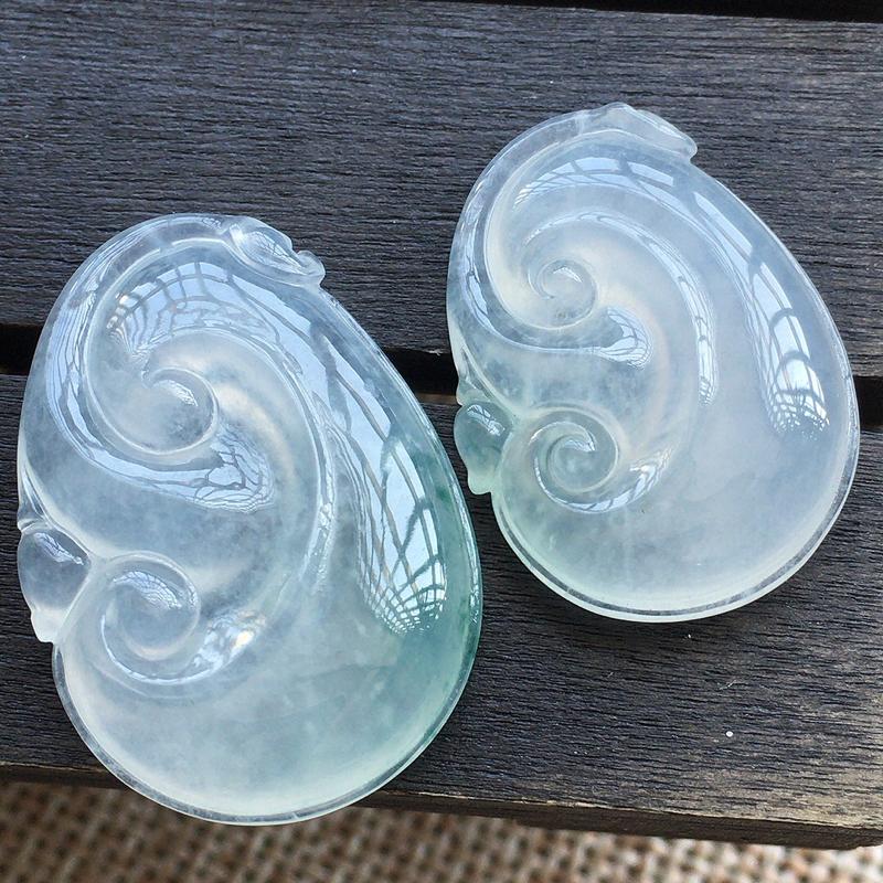 自然光实拍,缅甸a货翡翠,如意一对,玉质莹润,品相佳,有孔可直接佩戴。尺寸:27.9*19.1*5.