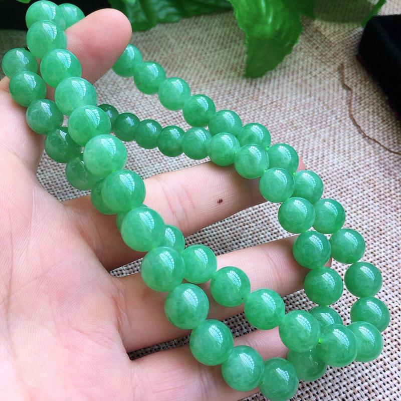 缅甸a货翡翠,自然光实拍,满绿圆珠项链,玉质莹润,细腻,颜色漂亮,品质佳,佩戴高贵典雅。尺寸取珠大1