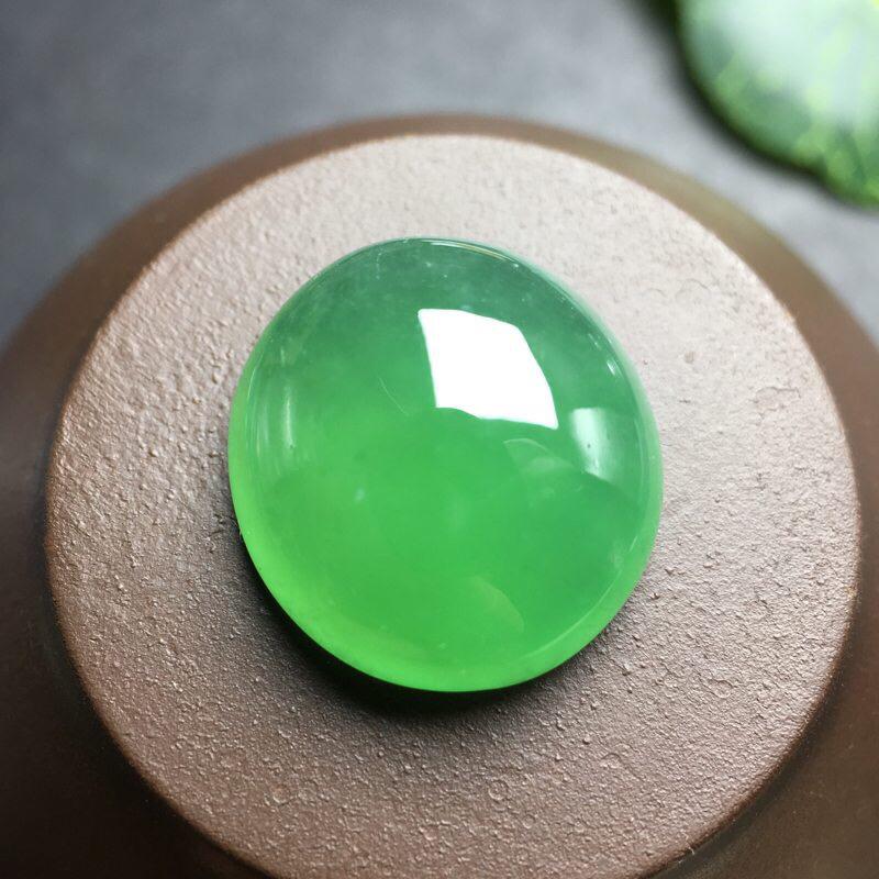 ️缅甸满绿蛋面大吊坠:大件厚装,种老水足,色泽漂亮,干净透光,圆润饱满,可镶嵌成戒指或吊坠,镶嵌效