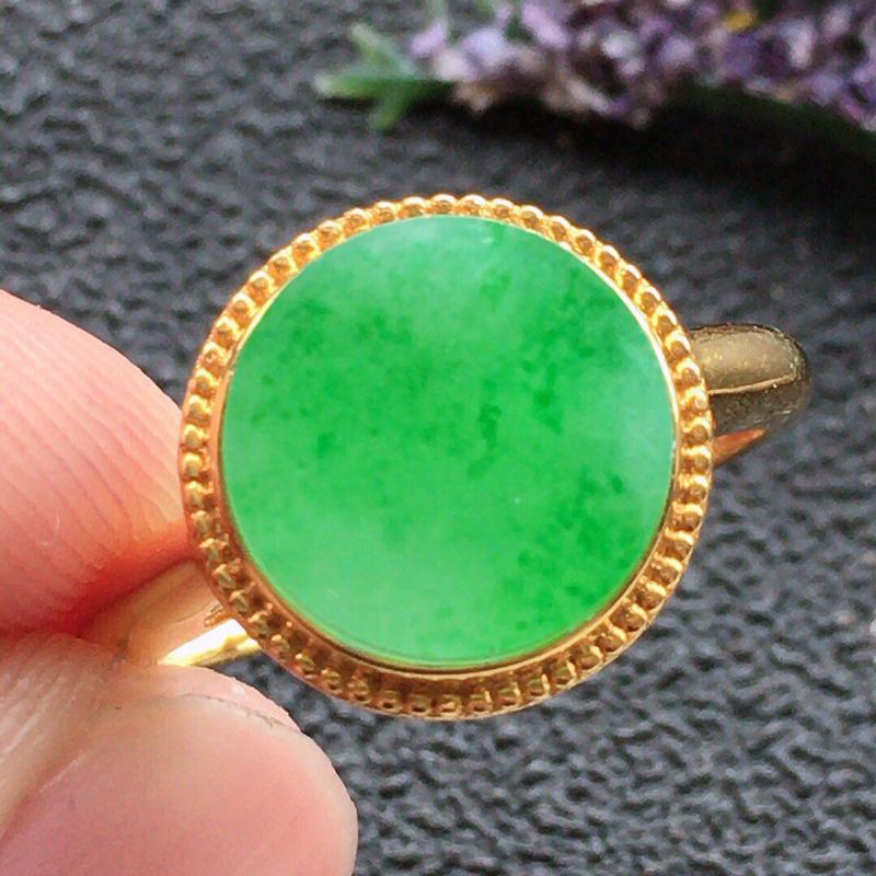 精品翡翠18k戒指,雕工精美,玉质莹润,尺寸:内径:17.1MM,裸石尺寸:10.3*1MM,总质量