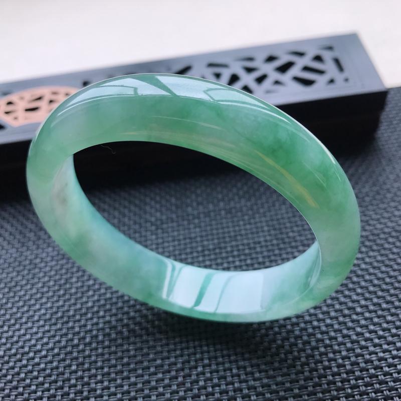 天然翡翠A货冰糯种飘绿正圈手镯,尺寸58-13.9-7.1mm,玉质细腻,