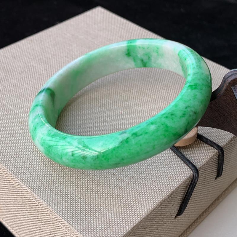 天然A货翡翠_飘绿翡翠正圈手镯58.6mm,料子细腻,色彩艳丽,色阳青翠,条形宽厚优雅,上手效果好
