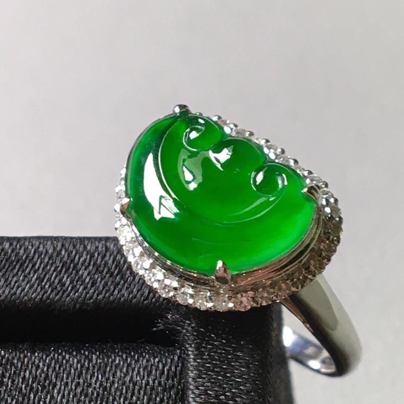 冰种满绿如意戒指。完美。水头足。裸石尺寸12.8/9.3/3