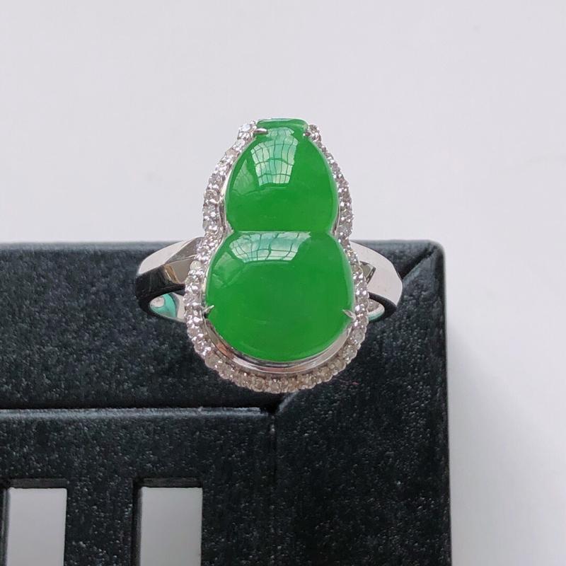 天然翡翠A货。冰糯种满绿葫芦戒指。圈口:17mm。18K金镶嵌伴钻。水润通透,色泽鲜艳。镶金尺寸:1
