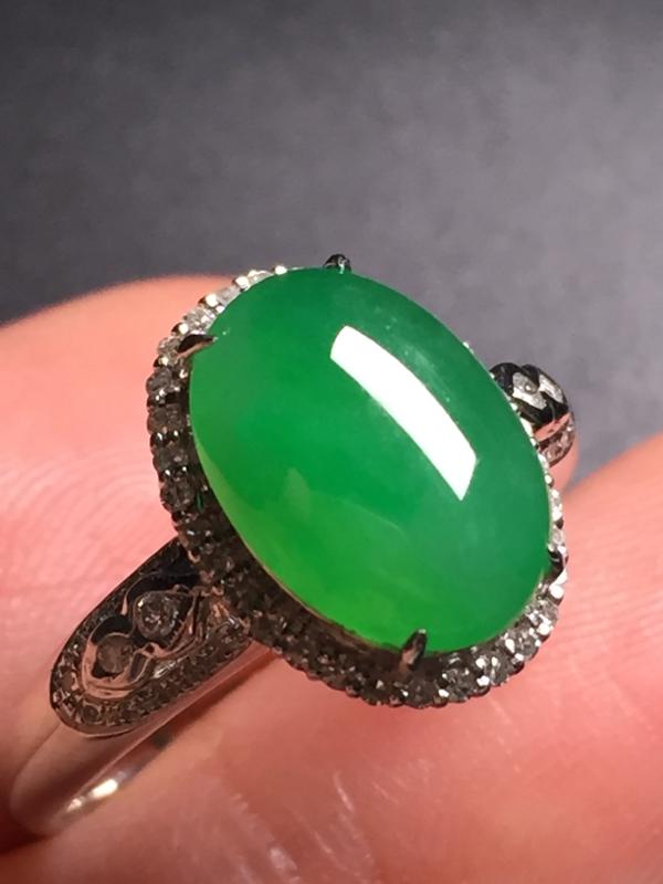 翡翠A货,阳绿蛋面戒指,18k真金真钻镶嵌,完美,种水超好,玉质细腻。整体尺寸:13.3*10.2*