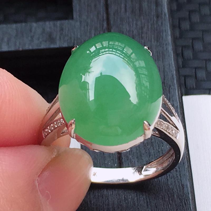 翡翠a货,18K金伴钻冰糯种淡绿精美蛋面翡翠戒指,玉质细腻,底色漂亮,上身高贵,尺寸连金16.2/1