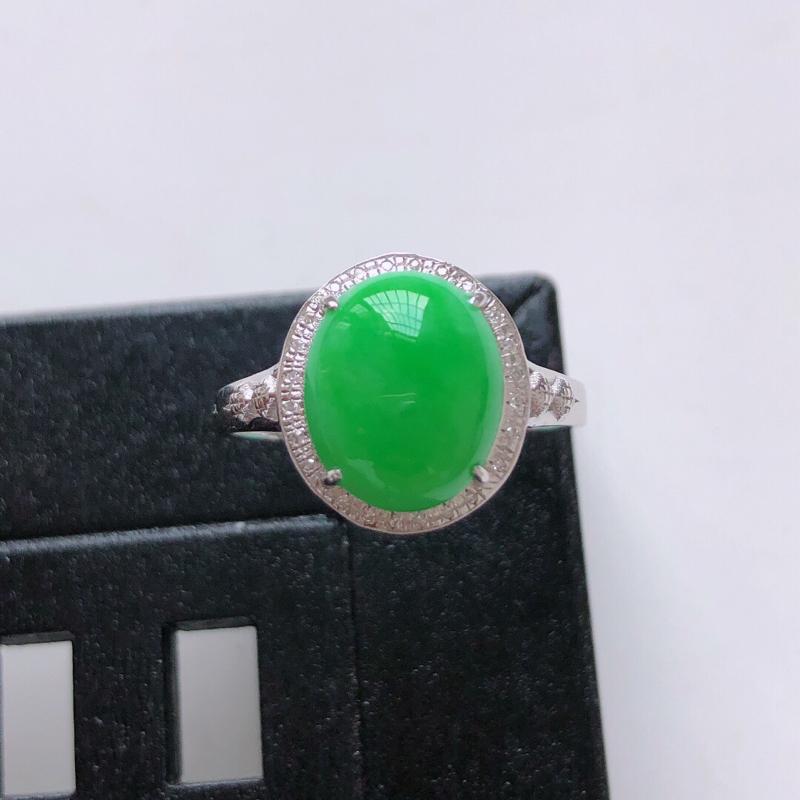 天然翡翠A货。细糯种阳绿蛋面戒指。圈口:17mm。18K金镶嵌伴钻。玉质细腻,色泽鲜艳。镶金尺寸:1