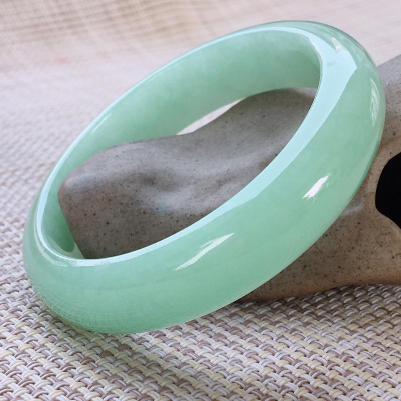 正圈55-56,天然A货翡翠-莹润优雅,清秀浅绿,质地细腻,正装玉手镯 完美无纹裂,尺寸圈口55.7