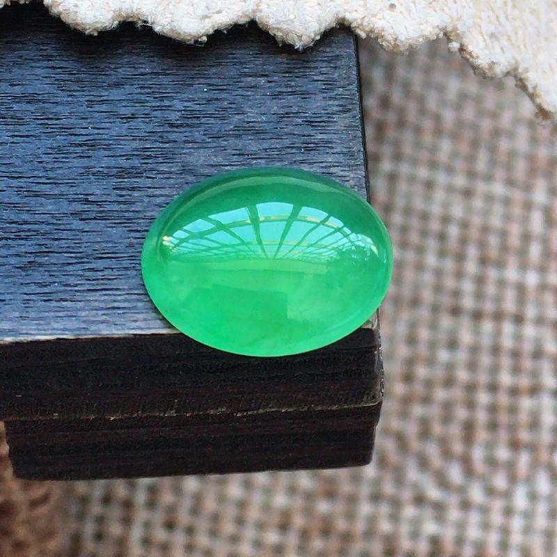 自然光实拍,缅甸a货翡翠,绿蛋面,玉质莹润,颜色漂亮,