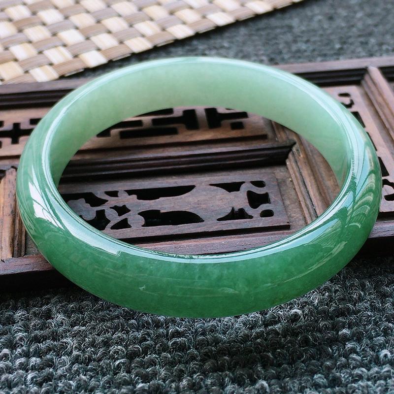糯种油绿正装手镯,圈口58.4/12.2/7,玉质细腻水润,条形大方,种水好,佩戴效果极佳