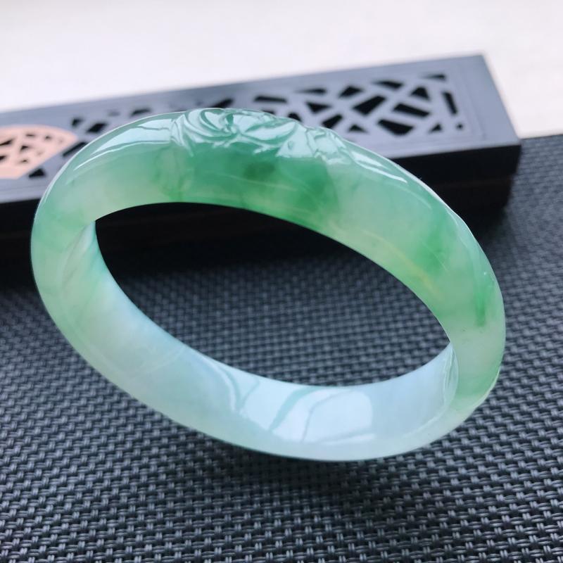 天然翡翠A货冰糯种雕花飘绿正圈手镯,尺寸56.5-13.4-6.2mm,玉质细腻