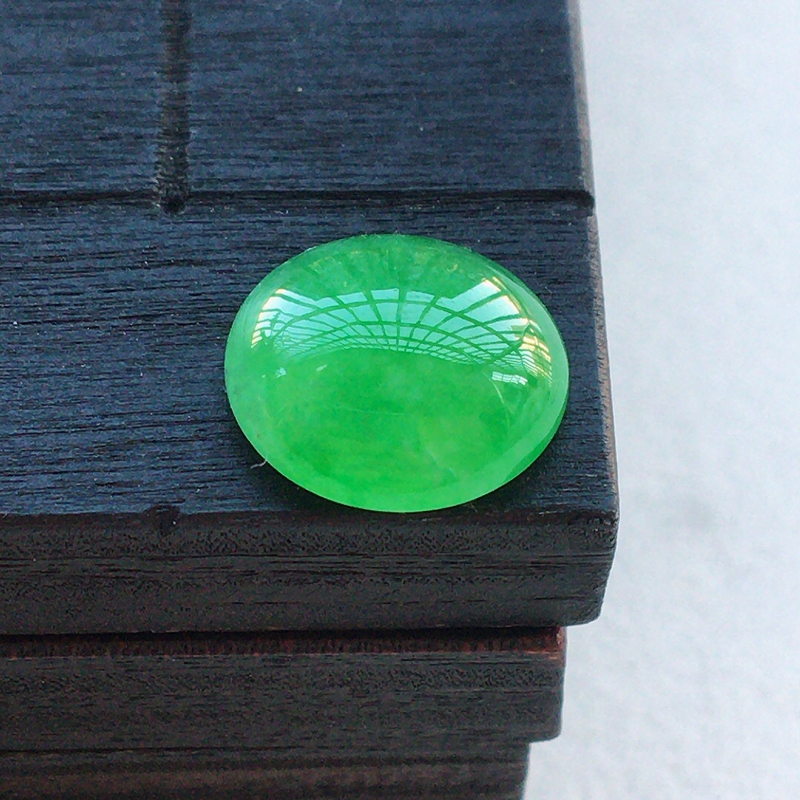 自然光实拍,缅甸a货翡翠,满绿蛋面,种好细腻,颜色漂亮,玉质莹润,形体好,镶嵌效果佳