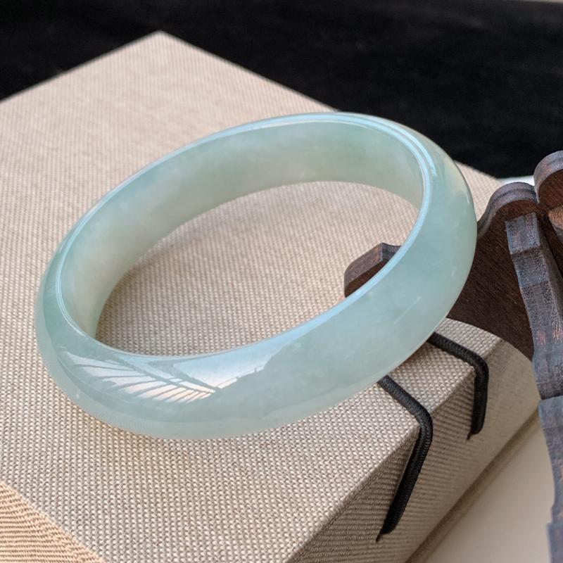 天然A货翡翠_水润飘花翡翠正圈手镯57.7mm,料子细腻,水润秀气,色彩鲜艳,条形优雅,上手效果好
