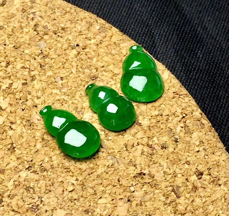 🌹满绿葫芦裸石:种老水足,色泽漂亮,干净起光,精致圆润,透光有内纹,可镶嵌成耳坠和吊坠,镶嵌效果翻番