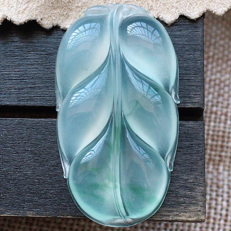 自然光实拍,缅甸a货翡翠,飘花叶子,玉质莹润,品质佳,有孔可直接佩戴