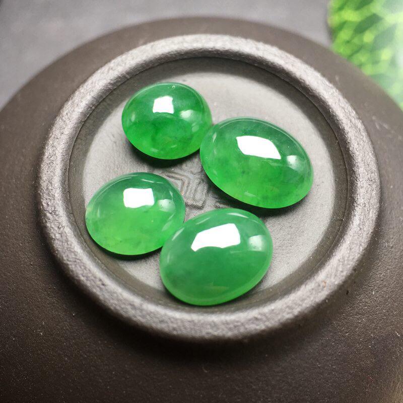 ❤️满绿蛋面裸石:种老水足,色泽漂亮,干净起光,圆润饱满,二颗透光有内纹,可镶嵌成手链或项链,镶嵌效