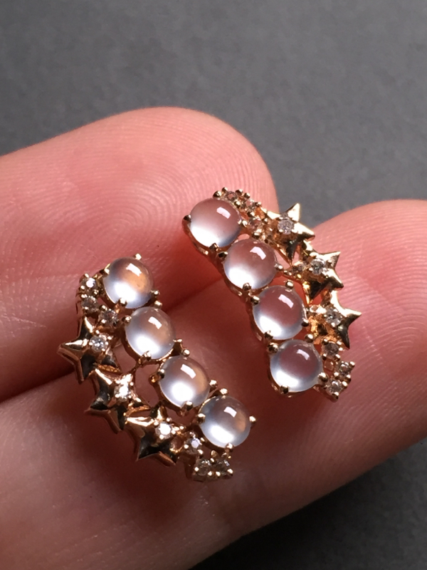 翡翠A货,玻璃种满天星耳钉,18k真金真钻镶嵌,完美,种水超好,玉质细腻。整体尺寸:15.5*8.3