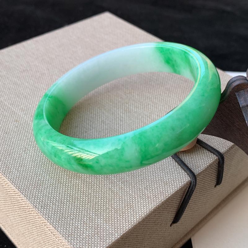 天然A货翡翠_水润阳绿翡翠正圈手镯58.3mm,料子细腻,水润秀气,色彩鲜艳,条形优雅,上手效果好